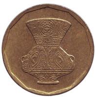 Декоративная ваза. Монета 5 пиастров. 2004 год, Египет.